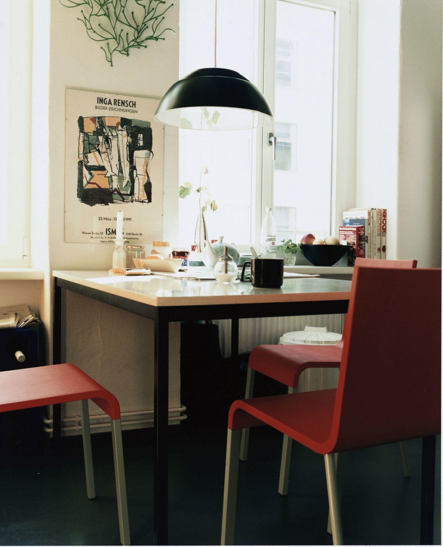 .03 Stuhl Dunkelgrün silber glatt Vitra
